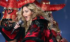Шок! Мадонна раздела 17-летнюю фанатку на сцене
