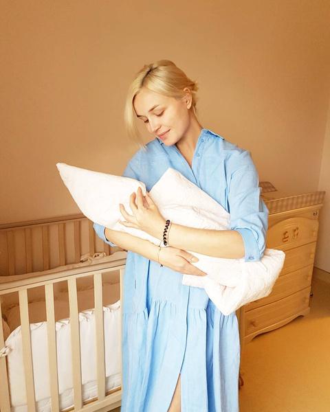 Полина Гагарина показала будни кормящей работающей мамы