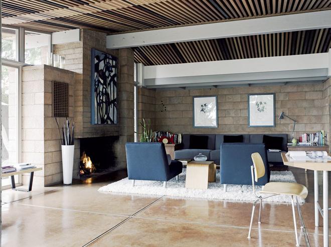 Фрагмент гостиной. Диваны и кресла - дело рук хозяина дома.