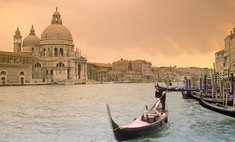 Туристы в Венеции пьют из фонтанов