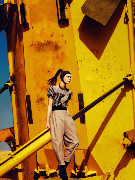 Топ из штампованного шелка, Sportmax; брюки из шерсти, Louis Vuitton; колье, Sharra Pagano; пояс, Maison Martin Margiela; лаковые сапоги, Giuseppe Zanotti Design