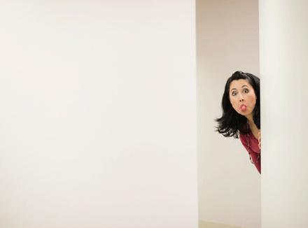 Женщина высунула язык