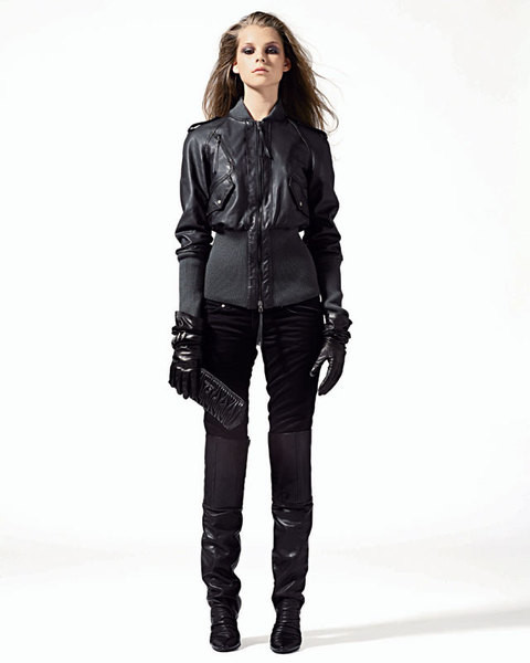 Куртка из кожи, Patrizia Pepe;джинсы, Dondup;перчатки, Moschino;клатч, Miu Miu;ботфорты, Manufacture D'essai