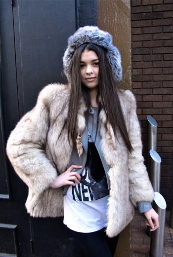 В образе этой юной дивы сразу просматривается ее причастность к столице Великобритании: микс из меха, кожаной куртки, майки с крупным принтом и черных брюк-дудочек можно назвать классикой уличного стиля Лондона.