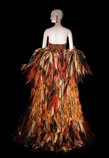Платье из муслина и пальто, отороченное перьями, Yves Saint Laurent осень-зима 1990