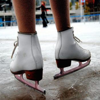 Ботинки, сделанные из настоящей кожи, более теплые, они лучше поглощают влагу и быстро принимают форму ноги.