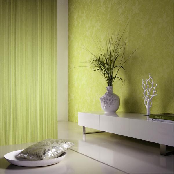 За счет крупного рисунка на светлом фоне площадь комнаты визуально увеличивается. Обои Kashmir (Omexco)