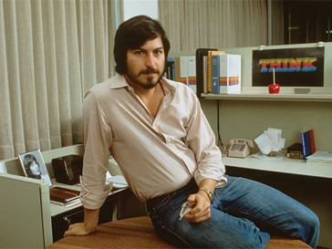Эштон Катчер (Ashton Kutcher) в образе молодого Стива Джобса.