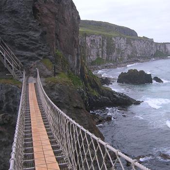 Когда-то этот мост был гораздо страшнее, так как имел поручни только с одной стороны. Позже его сделали более надежным, добавив поручни и укрепив саму структуру.