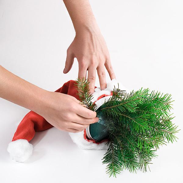 Шаг 5. Декорируем наш колпак хвоей. Свежая хвоя – главное украшение любой новогодней композиции.