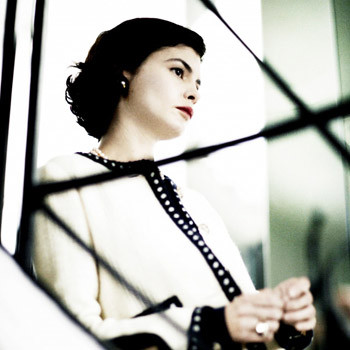 Фильм о пути Шанель из ее темного прошлого в ослепительную светскую жизнь Парижа.