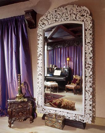 У компании «Chalet & Шале» есть своя столярная мастерская. Резная рама зеркала в ТВ-комнате - образец ее работы.