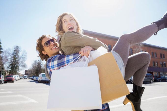 Пара с покупками
