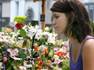 Девушка у могил