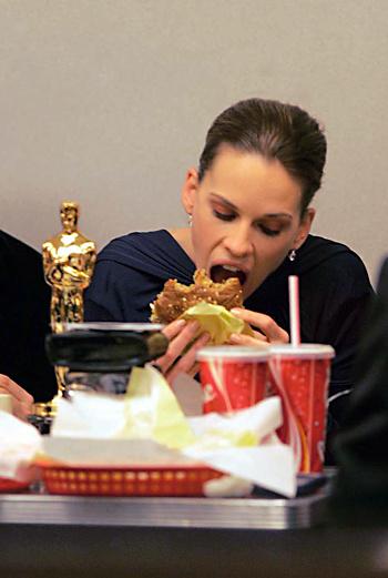 Хилари Суонк с биг-маком и «Оскаром»