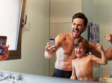 Папа и сын перед зеркалом
