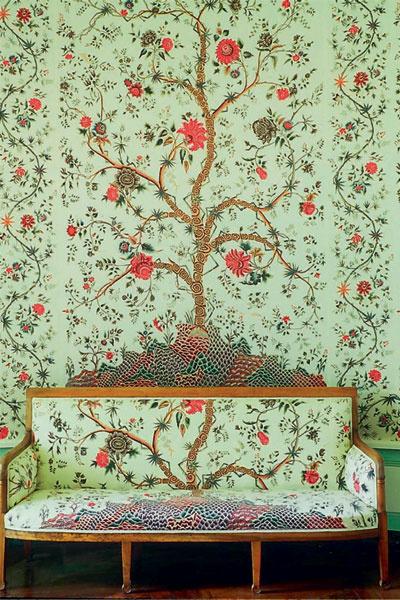 «Посадить» такое дерево у себя в гостиной можно с помощью обоев и тканей Le Grand Genois, Braquenie, салоны Lege Alto, салон French Touch.