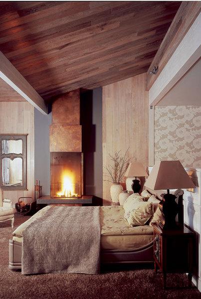 Спальня хозяев расположена на первом этаже. Кровать, Roche Bobois. На тумбочках, Bizotto, настольные лампы, Maison de Famille. Сделанная на заказ деревянная стенка в изголовье кровати обозначает границу спальни и гардеробной.