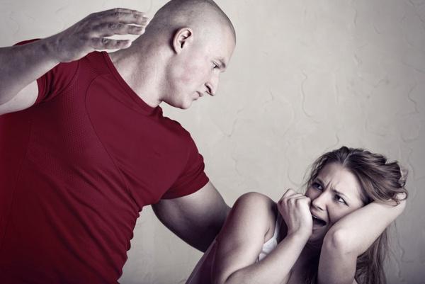 муж пиздит избивает жену секс видео