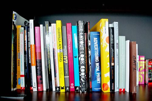 Книги могут быть совсем бесполезными, главное, чтобы их было много, а обложки играли всеми цветами радуги.