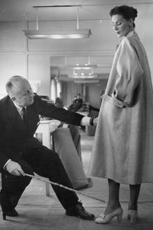 Кристиан Диор за работой в своей парижской студии, 1952 год
