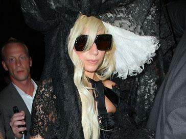Леди ГаГа (Lady GaGa) помогла молодому модельеру.