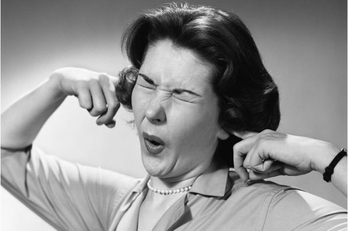 Женщина затыкающая уши