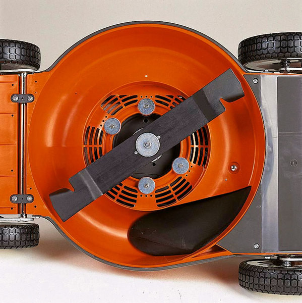 Рабочим инструментом роторных газонокосилок является вращающийся острый нож.