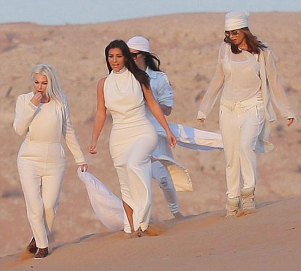 Ким Кардашьян на прогулке в пустыне