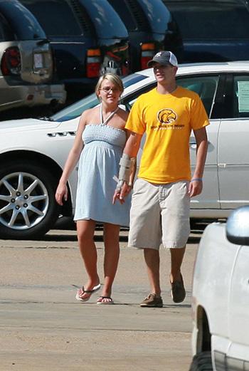 Джейми Линн и Кейси на прогулке
