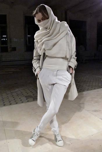 Еще одна московская модница, обнаруженная Face Hunter. Кристальный белый и светлые оттенки серого стали ключевыми в ее образе.