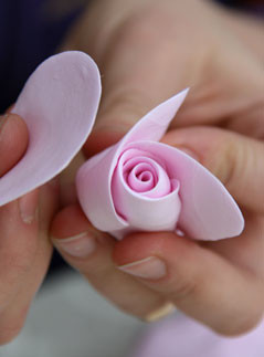 мастер-класс, лепка из полимерной глины, подарки, своими руками, бутоньерка, искусственные цветы, брошь, заколка, фотографии, рукоделие, 8 Марта, женские подарки, бижутерия