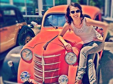 Сати на фоне автомобиля из коллекции своего друга.