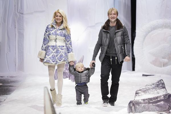 Яна Рудковская с сыном и мужем в финале показа Odri