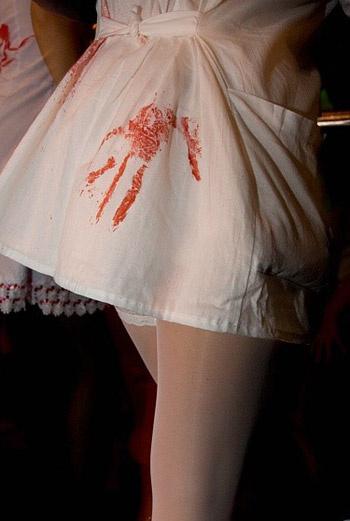 ... Или обмокните руку в краске и оставьте отпечаток на белом халатике медсестры, который можно приобрести в любом магазине спецодежды.