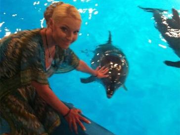 Анастасия Волочкова теперь еще и плавает с дельфинами.