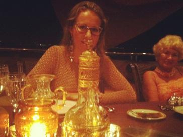 Ксения Собчак в золотом наряде на ужине с друзьями