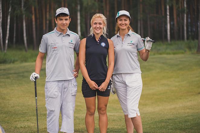 Ольга с сыном играет в гольф, фото