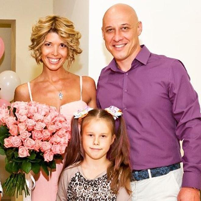 Денис Майданов с женой и дочкой