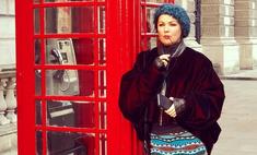 Анна Нетребко в полосатом пальто слилась с решеткой Букингемского дворца
