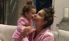 Фэмили-лук: Топурия с дочкой носят одинаковые пижамы