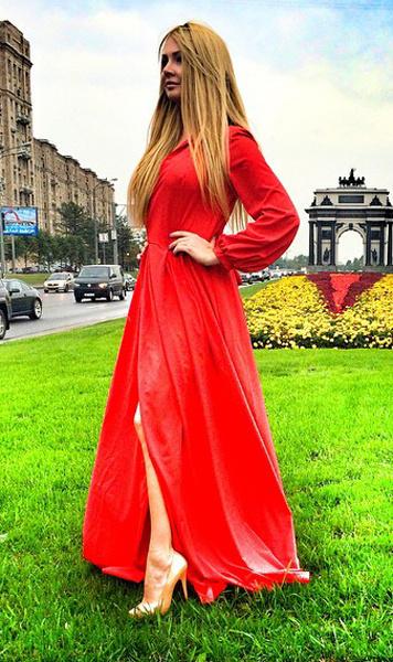Дарья Пынзарь в красном платье сразрезом