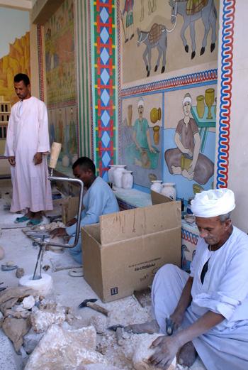 Большинство изделий вытачиваются на станках, а египтянине, долбящие камни, - не более чем туристическая приманка.