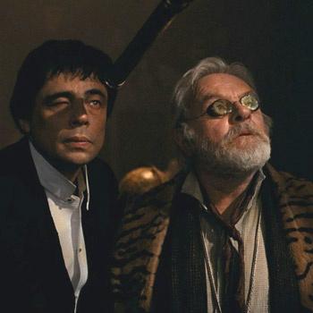 Бенисио Дель Торо не только сыграл волка, но и спродюсировал картину. Энтони Хопкинс играет по фильму отца главного героя - волка.