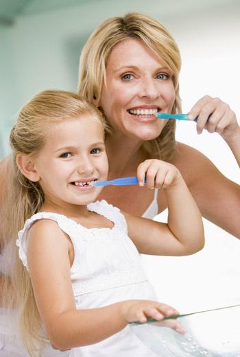 Эмаль может пострадать не только от нерегулярного ухода, но и от чрезмерного усердия при чистке зубов.
