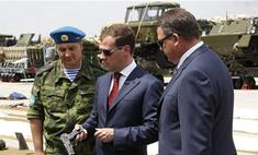 Дмитрий Медведев поделил страну на военные округа
