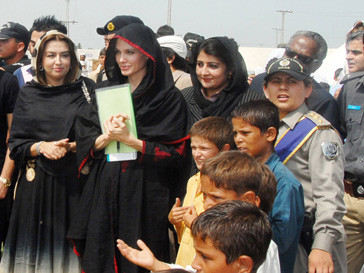 Анджелина Джоли (Angelina Jolie) посещает лагерь для пострадавших