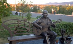 В Красноярске появился памятник городскому музыканту