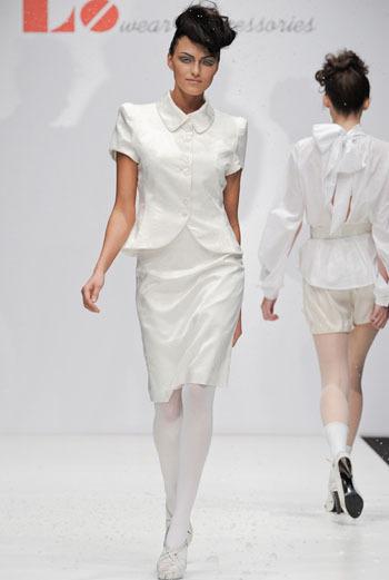 Яна Недзвецкая последовательно отстаивает свою точку зрения на fashion-индустрию России, выстраивая свои коллекции и линию бренда LO по подобию мировых гигантом модного бизнеса.