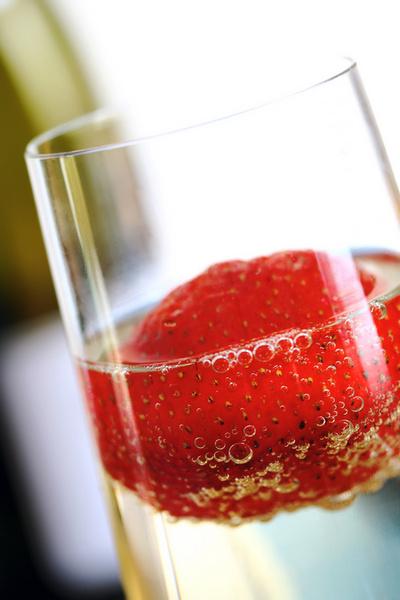 Под шампанское отлично идут любые фрукты и ягоды, а также фруктовые салаты и сорбе.